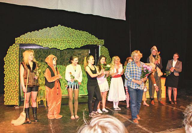 Hela ensemblen med blomsterhyllad Bobo Hermansson.