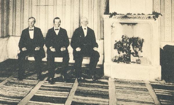 De tre bröderna August, Anton och Sven i salen hemma i Kullnas i Långserum.