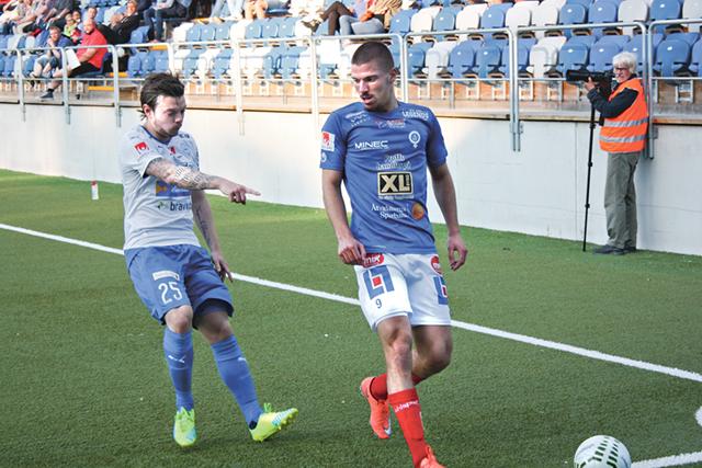 Victor Nilsson, IFK Värnamo, och Shkodran Maholli, ÅFF, bevakar bollens passering av kortlinjen.