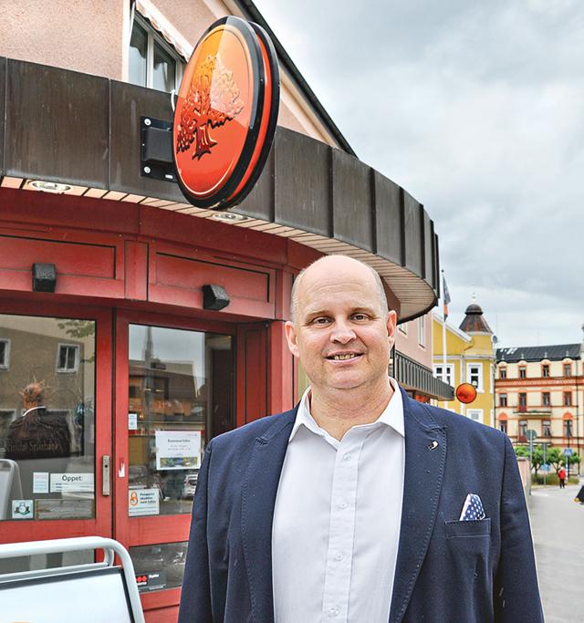 Johan Widerström, vd Kinda- Ydre sparbank, utanför bankkontoret i Kisa.