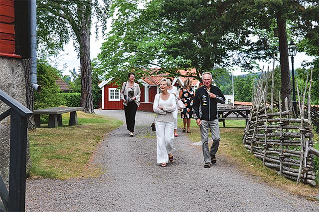 Länsstyrelsen anländer med Elisabeth Nilsson och Arne Andersson längst fram.