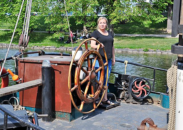 Kapten Ann-Mari Brengdahl vid rodret