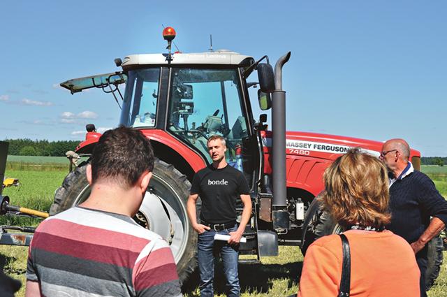Vid traktorer och lantbruksmaskiner på Grebstad gård berättade, Jakob Andersson, LRF, om hur det förhåller sig med den svenska maten.