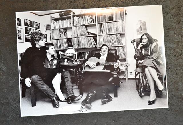 En bild av gemenskap, Lasse med sin fru Gunnel och Johnny Cash med June Carter vid besöket hemma hos Lindfors i Åby.
