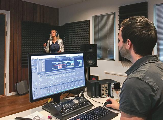 Anna och Samuel jobbar i studion med demo till Blender. Bild: PRIVAT