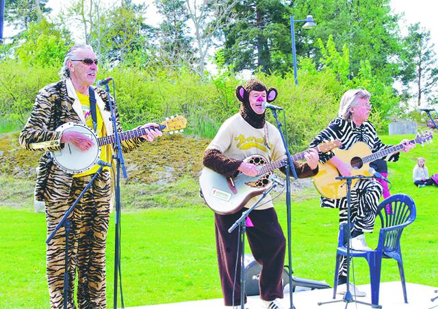 Trazan, Banarne och Zebran spelade två låter vid invigningen av lekplatsen Djungelkullen i Söderköping.