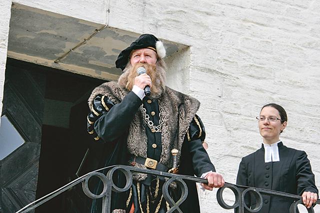 Gustav Vasa alias Bengt Olof Persson inviger, Emma Thorén bistår.