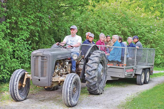 Håkan Gerhardsson anländer med traktorgäster till Hembygdsberget.