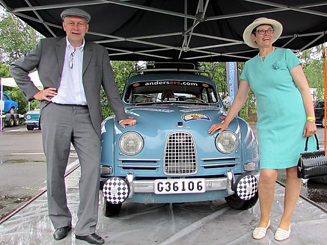Vinnaren Sibylla Gustafsson med sin Saab 96 från 1961. Sibylla blev stolt vinnare i klassen Regularity Elite i MIdnattsolsrallyt. Kartläsare var Rolf Ax.