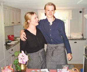 Våfflorna går åt som smör i solsken, säger syskonen Maria och Kalle glatt.