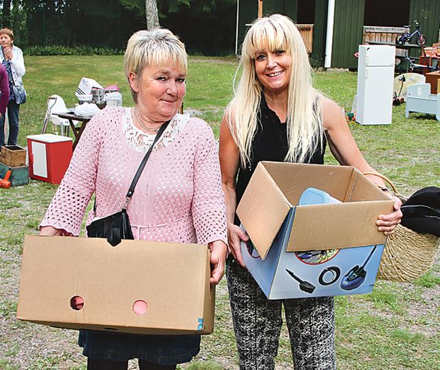 Systrarna Ulla och Malin Cederin hade fyndat var sin låda.