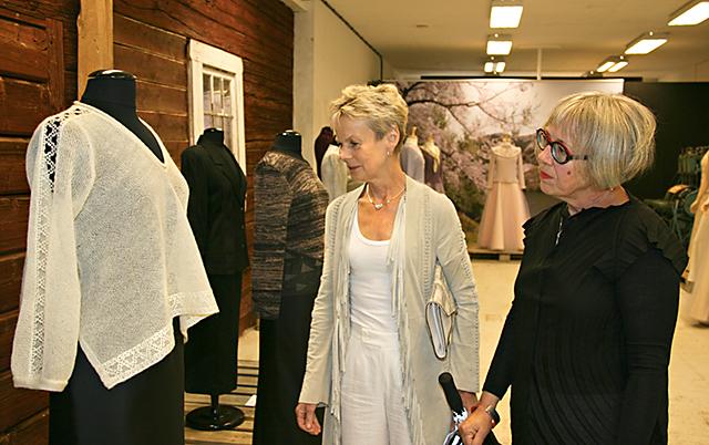 Elisabeth Nilsson går ett varv i utställningen Stickat, virkat och knypplat innan hon inviger.