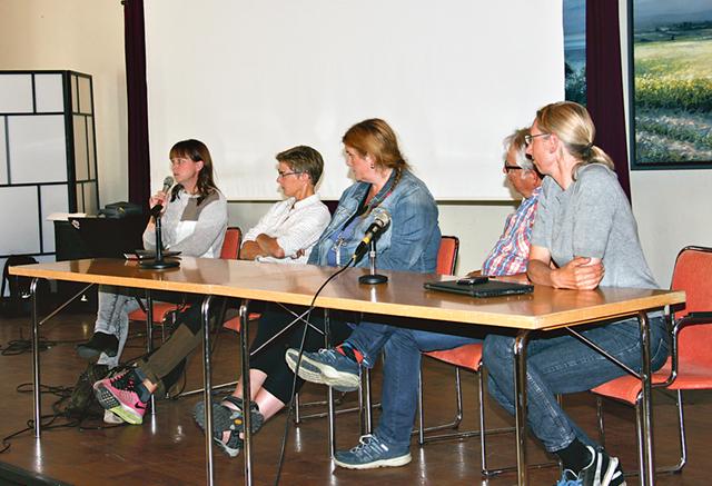 En panel med experter berättar om läget efter det att mjältbrand konstaterats vid Alvastra kungsgård.