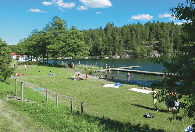 Alldeles intill campingen finns en trevlig badplats med bryggor och hopptorn.