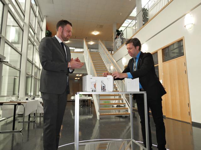 Regionråd Christoffer Bernsköld och regiondirektör Mats Uddin, inviger genom att öppna en miniatyr av Cyklotronen.