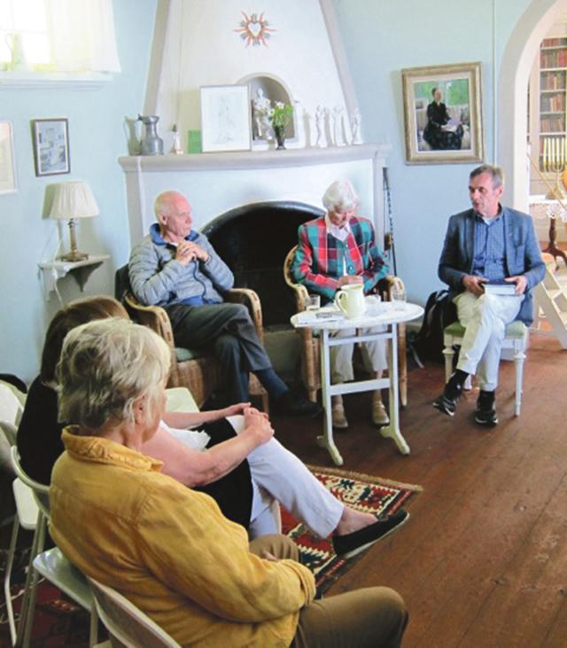 Från vänster: Karl-Henrik Svenstedt, Kerstin Bergman och Johan Chrispinsson inledde samtalet om Ellen Key i hennes vackra och ljusa vardagsrum på Strand. Bild: BO OLLS