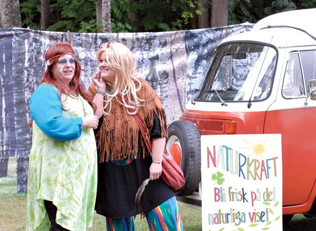 Doris (Ingeli Nilsson) och Jane (Katrin Kyrling- Fri) är två hippies som dyker upp med sin Folkabuss.