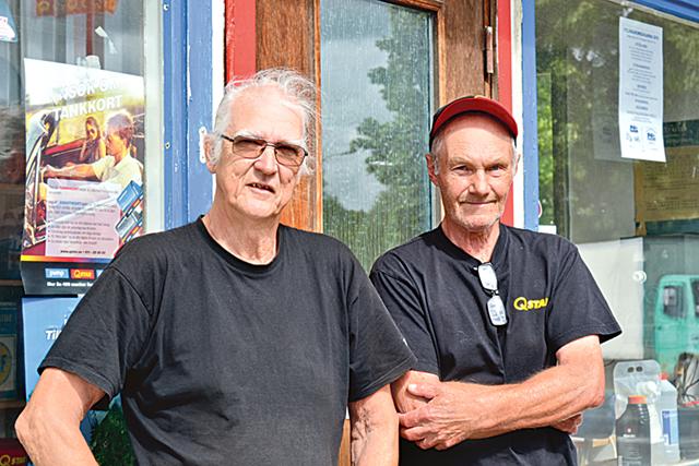 Bengt-Erik och Lennart är två av eldsjälarna som sett till att Rejmyreborna kan tanka sina bilar.