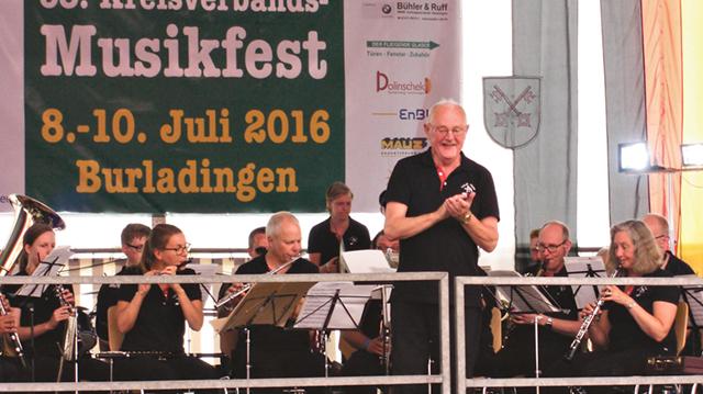 Mjölby stadsmusikkår gjorde mycket bra ifrån sig under värderingsspelet i blåsmusikfestivalen i Tyskland. Bilden visar hur Svante Johansson får publiken att klappa händerna i takt till marschen Alte Kameraden. Bild: MATS MALMBERG