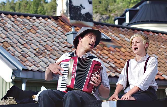 Paradis-Oskar och Rasmus musicerar på höskullen.