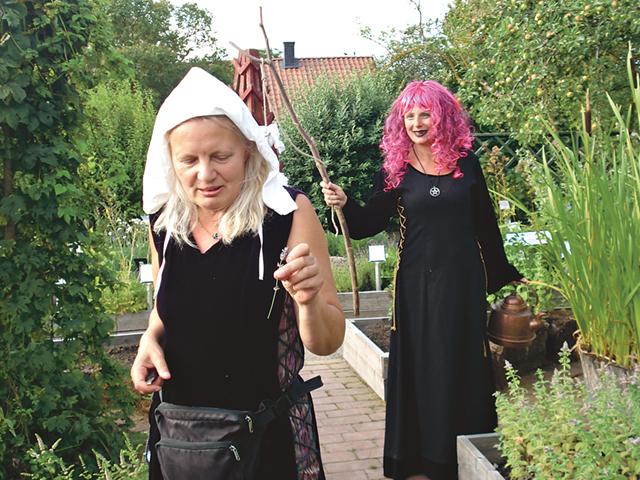 Läkekvinnan Magdalena berättar om lavendelns många användningsområden. Bland
