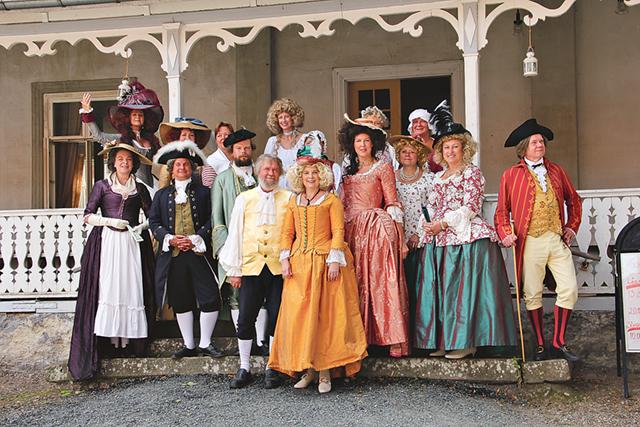 """Alla deltagare från """"Gustaf III vänner"""" på Socitetstrappan i Medevi."""