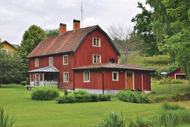 Christer Jonsson köpte i början av 1990-talet bostadsbyggnaden vid Wiaholms garvaregård. Med åren har det blivit köp av närliggande hus.