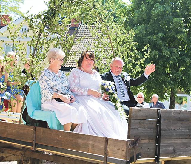 Catharinas mamma, Catharina och Mikael i vagnen efter giftemålet i Skänninge kyrka. Bild: JOSEFIN KINDBERG.