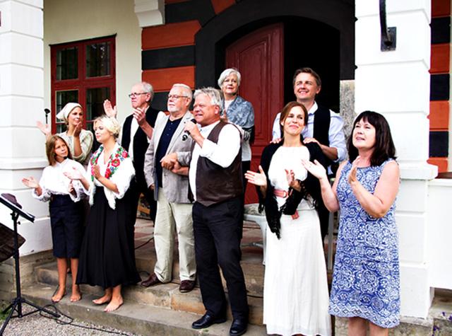 Hela ensemblen samlad på trappan på baksidan av slottet där konserten framfördes.