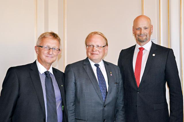 Staffan Danielsson (C) Östergötland, försvarsminister Peter Hultqvist (S) och Daniel Bäckström (C) Värmland.