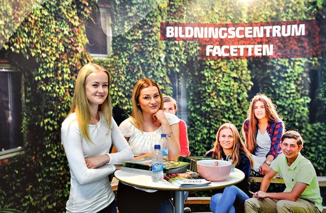 Jonna Urberg och Hermine Wiggur som läser programmet Handel fanns på plats i Facetten.