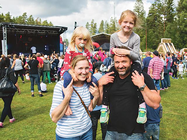 – Roligt när det görs något kul för både barn och vuxna, tycker Rimforsaparet Sofia Nilsson och Christian Forslin med barnen Ester och Ellen på axlarna.