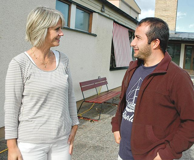 Maria Alphonce, föreståndare för det tillfälliga asylboendet på Liljeholmens folkhögskola, och Fawad Romal från Afghanistan.