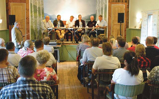 Ett 60-tal personer kom till Allhuset i Björkfors för att ställa frågor om det som man upplever som bristfällig kollektivtrafik till politiker och tjänstemän.