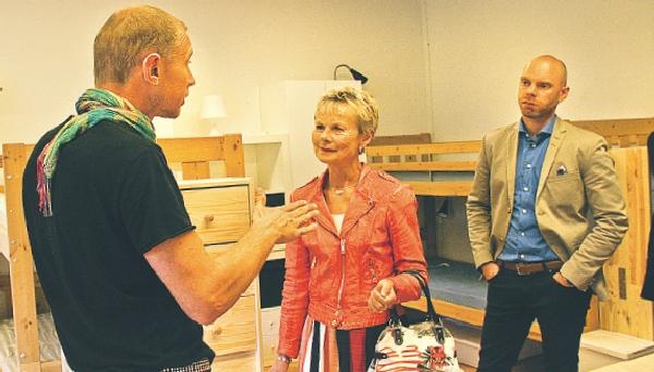 Peter Frejhagen berättar om verksamheten för Elisabeth Nilsson och Daniel Larsson på rundvandring i huset.