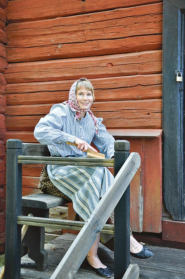 Emma Friberg, museipedagog på länsmuseet, kardade och tog emot vid dörren.