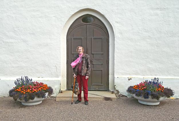 Maj-Britt vid kyrkporten i Vinnerstad. Här har familjen gått in många gånger