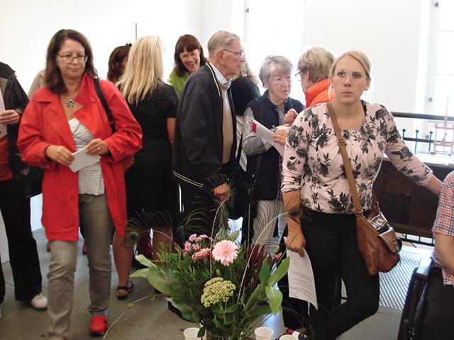 Livligt, trångt och glatt mingel var det i Galleri Kraftverk när konstrundan invigdes.