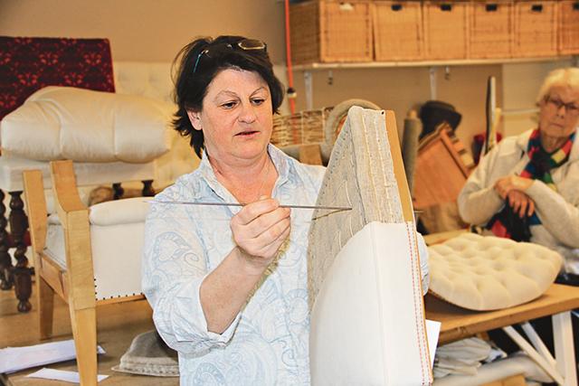 Annika Wennerbo visar vad hon använder den kraftiga nålen till.