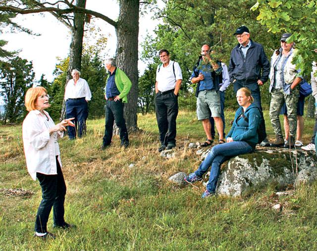 Ylva Wigh berättar om morfars odlingsrösen på gården Lilla Haddetorp.