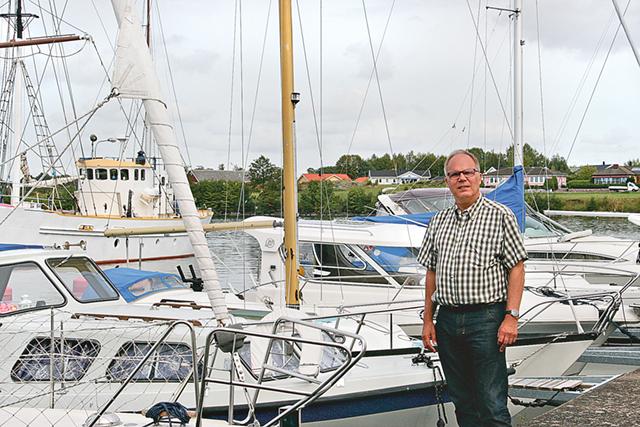 Hamnbolagets ordförande Michael Cornell bland båtarna i hamnen.