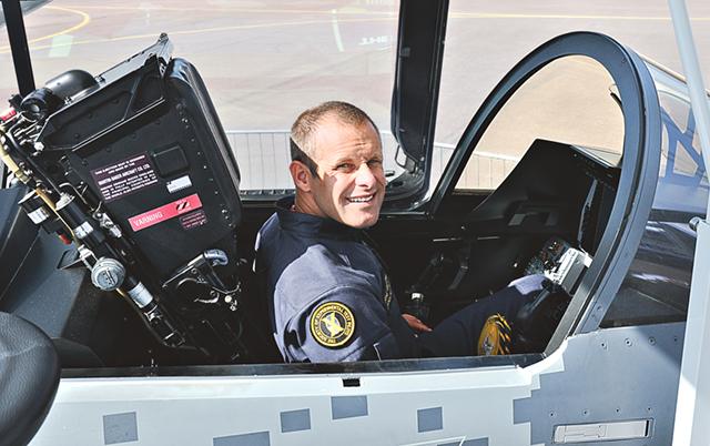 Gripens testpilot Jakob Högberg i Gripen E. Trots ett närmast klaustrofobiskt litet utrymme så sitter man riktigt bra, intygar piloten.