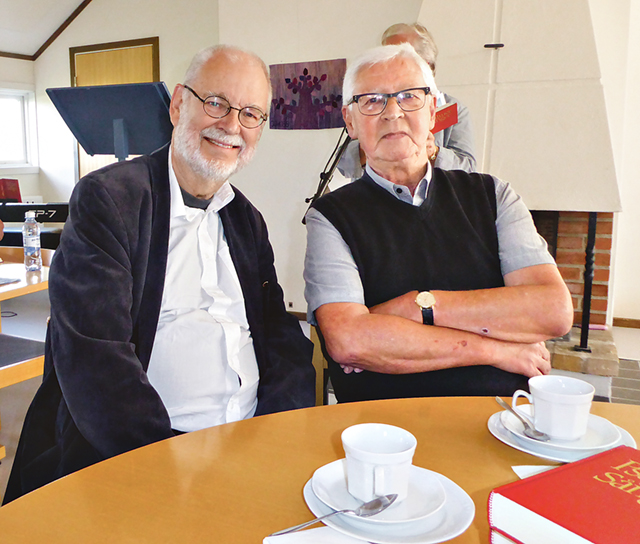 Lars Eklund ( till vänster) och Karl-Gunnar Andersson, Skänninge, kamrat från folkskolan.