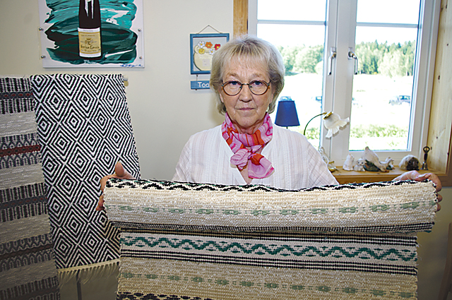 Irene Karlsson från Gårdeby har vävt i hela sitt liv. Hon sålde mattor i rosengång- och gåsögateknik.