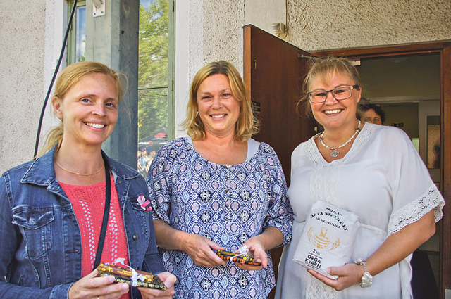 Pristagarna i bakningstävlingen. Tvåorna Sara Fagerstedt och Helen Lilja samt vinnaren Caroline Gustavsson.