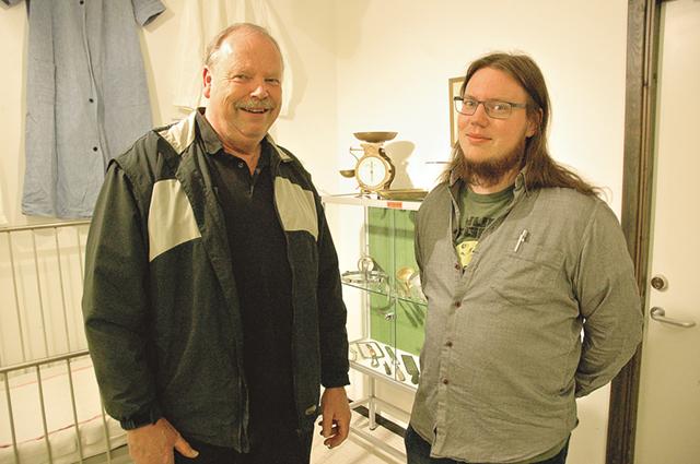 Far och son Tommy och Emil Thuresson har skapat utställningen om 140-årsjubilerande Kisa lasarett. Tommy är vaktmästare i tredje generationen efter sin far och farfar.