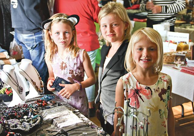 Matilda och Stina Andersson samt Alice Elmhed hade svårt att välja bland alla smycken.