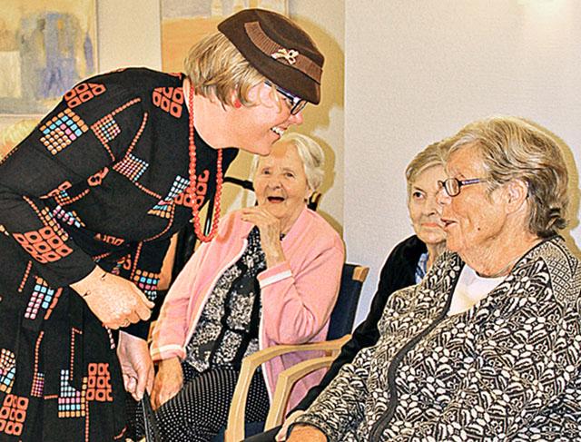Elisabeth Fransson Adolfsson hälsar några av gästerna välkomna till dansen.