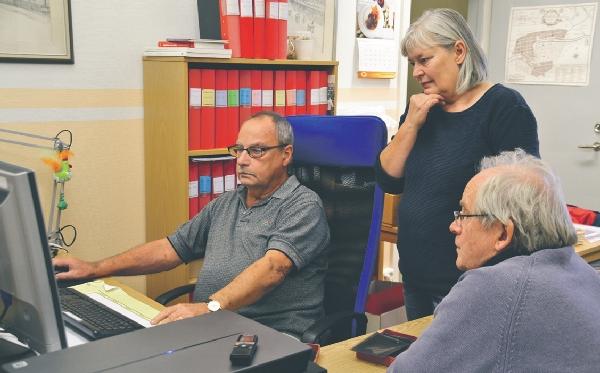 Roger Andersson, Pia Nilsson och Lars Rahm studerar med stort intresse inskannade bilder.