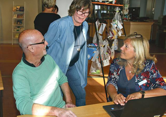 Urban Bäckström agerar kund hos Kira Berg och Cecilia Rydstråle visar en fottvätt för den som har svårt Ann-Sofi Lindeberg.